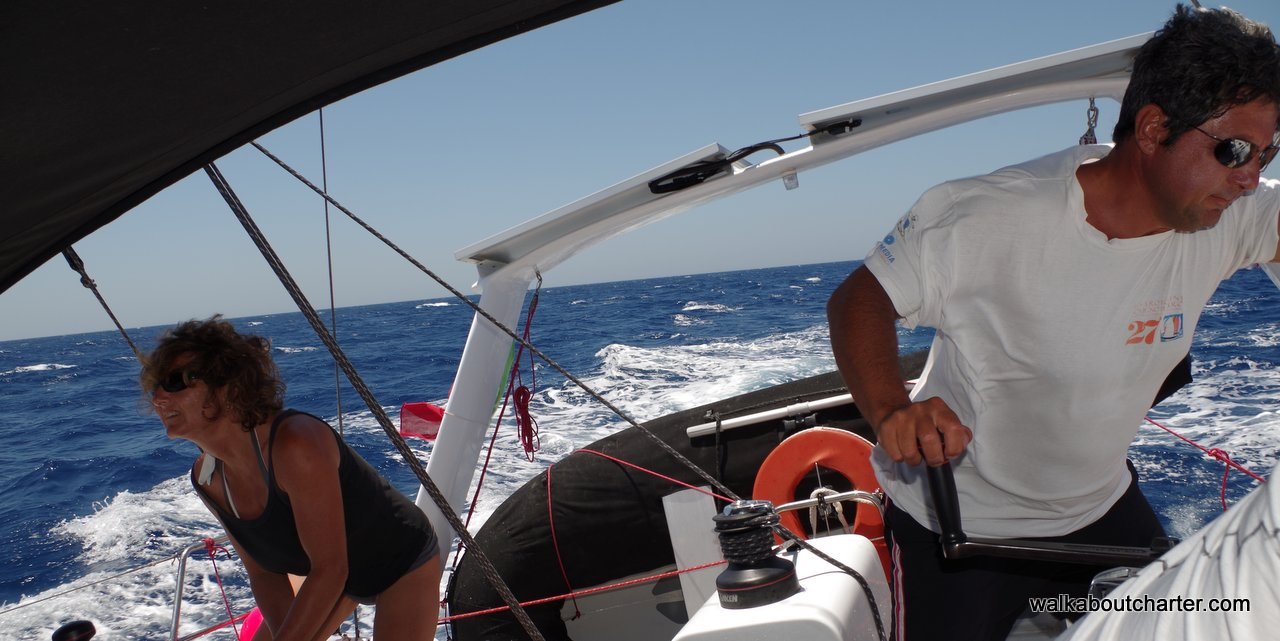 In navigazione su barca vela da crociera veloce di bolina