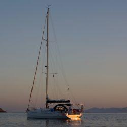 Tramonto barca vela baia Skinoussa Grecia