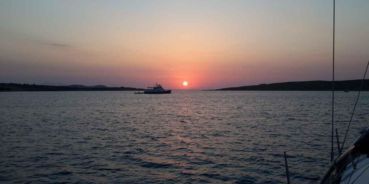 Tramonto dalla barca alle Cicladi