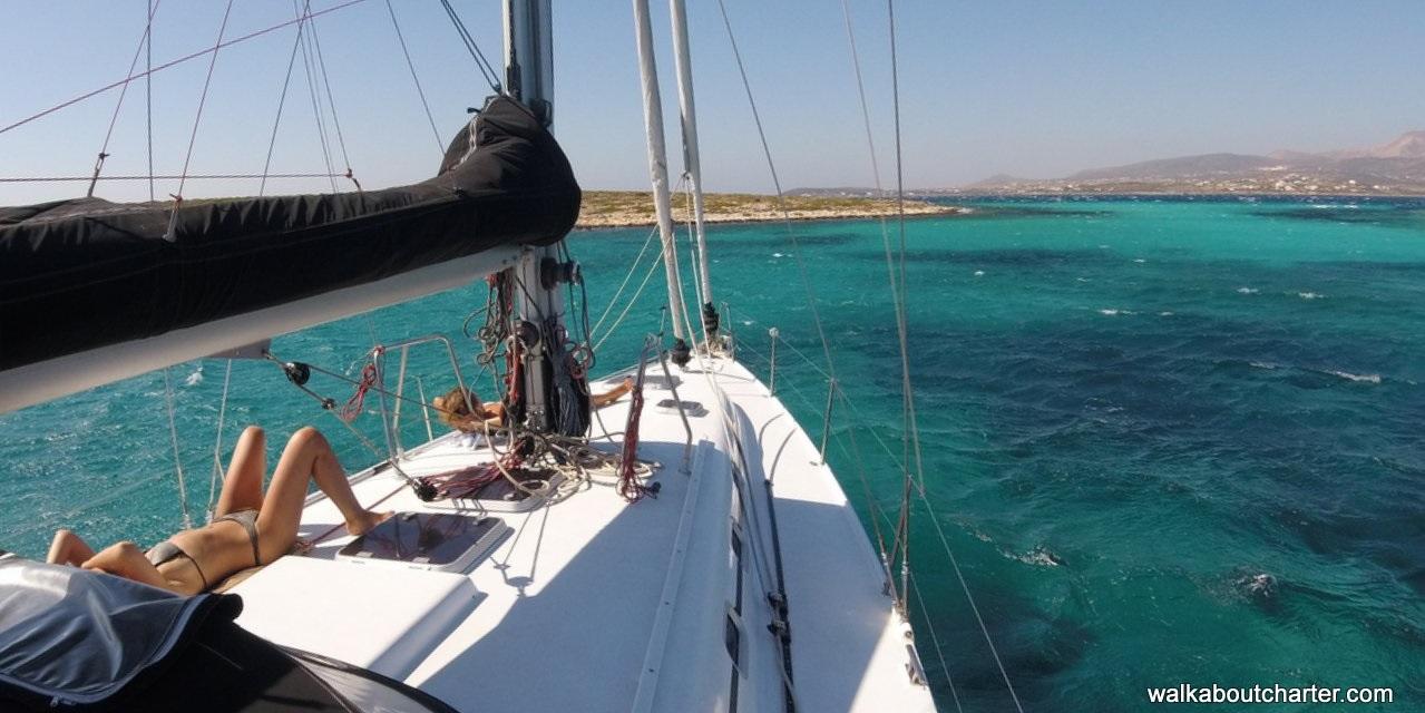 prendere il sole in barca a vela